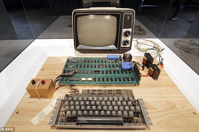 أول كمبيوتر آبل